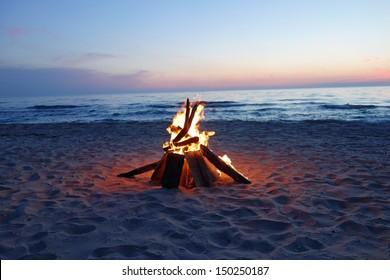 夏の間にビーチでキャンプファイヤーを招待し、懐かしい思い出を呼び戻してください。湖で楽しくて楽しい時間。