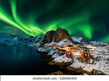 Polarno polarno svetlo nad Hamnoyem na Norveškem