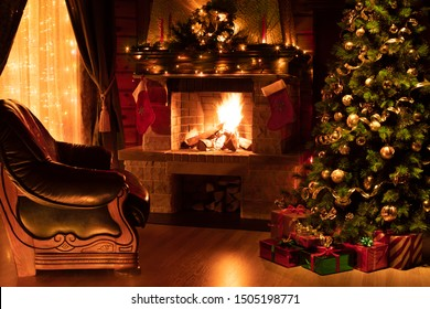 Weihnachtswohnzimmer Interieur mit dekoriertem Kamin, Sessel und Weihnachtsbaum