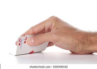 Hand des kaukasischen Mannes, der Pokerkarten des Asses und des Königdiamanten zeigt, lokalisiert auf weißem Hintergrund mit Kopienraum für Ihren Text