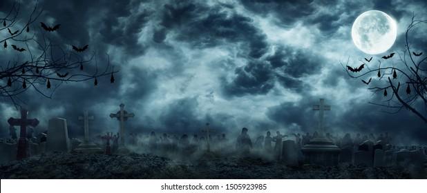 ゾンビが墓地の墓地から立ち上がる不気味な恐ろしい暗い夜の満月の木のコウモリ。休日のイベントのハロウィーンのバナーの背景の概念。