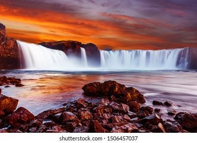 日没時に劇的なカラフルな空とGodafoss滝、アイスランドの自然の風景アイスランドの有名なランドマークの素晴らしい長時間露光の風景。写真家のための創造的なイメージの最高の場所