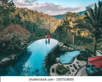 トロピカルジャングルヴィラリゾート豪華なスイミングプールバリ島、インドネシアで贅沢にリラックスした休日の週末