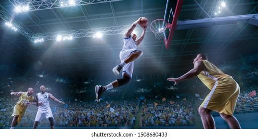 Basketballspieler auf großer professioneller Arena während des Spiels. Basketballspieler macht Slam Dunk. Untersicht