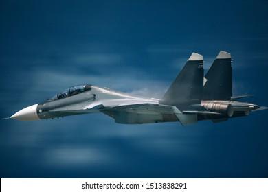 Avión de combate moderno volar sobre las nubes