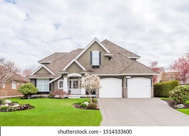 Häuser in einem Vorort im Sommer in Nordamerika. Luxushäuser mit schöner Landschaft.