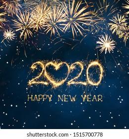 Tarjeta de felicitación de feliz año nuevo 2020. Hermoso banner cuadrado de vacaciones web o cartelera con texto dorado brillante Feliz año nuevo 2020 escrito bengalas sobre fondo azul festivo.