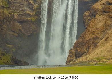 Wasserfall Skogafoss (Teil des Flusses Skoga, der seinen Ursprung im Hochland von Island hat) an der Südküste Islands, Teil der Drehorte für die HBO-Fernsehserie Game of Thrones, Staffel 8
