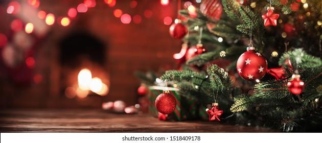 ライトのある暖炉の近くの装飾が施されたクリスマスツリー