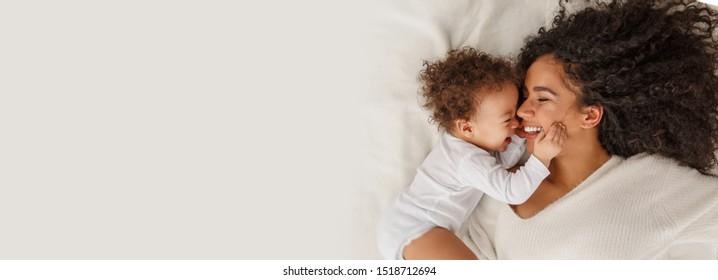 母親と赤ちゃんの愛。家にいる家族。ライフスタイル