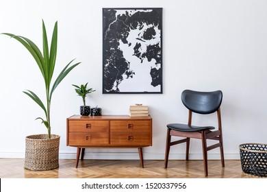 Elegante diseño interior de sala de estar con inodoro retro de madera, silla, planta tropical en maceta de ratán, canasta y elegantes accesorios personales. Simulacros de marco de póster en la pared. Modelo. Decoración del hogar.