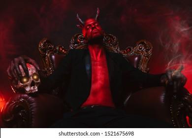 Een portret van een slechte demon op zijn troon. Horrorfilm, nachtmerrie. Halloween.