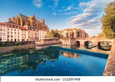 Vista panorámica del paisaje urbano de San Esteban Cathedrla en la ciudad de Metz al amanecer. Puntos de referencia de viaje y destino turístico en Francia