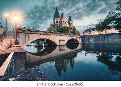 Una colorida vista de la ciudad de una antigua iglesia Neuf en la orilla del río Mosela en Metz en Francia durante el amanecer. Atracciones turísticas y concepto de vida de la ciudad.