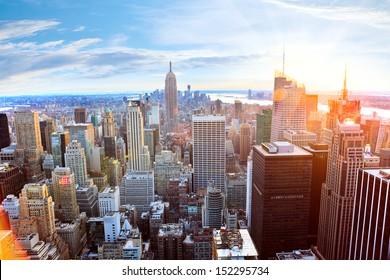Vista aérea del horizonte de Manhattan al atardecer, Nueva York