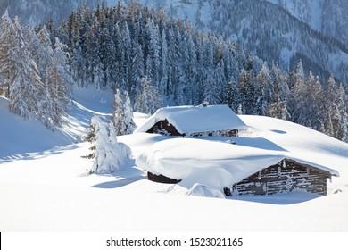 Winter in den Bergen. Schöne Naturlandschaft. Österreichische Landschaft mit viel Neuschnee