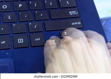 Singapur - 30 de septiembre de 2019: blue asus laptop fingers hand pr