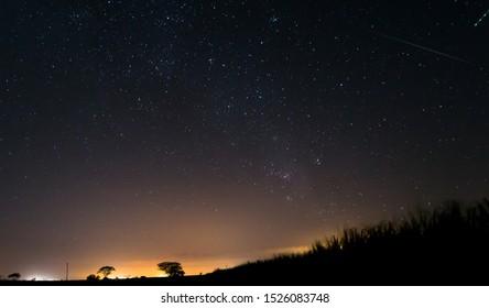 cielo nocturno estrellado en zona rural