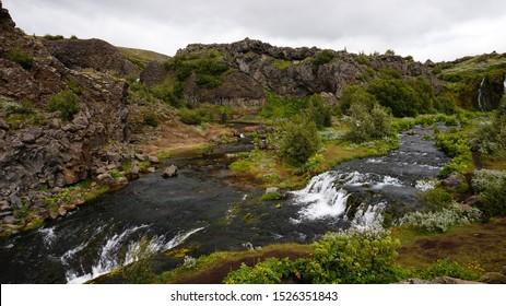 Gjain-Tal in Island - beliebte Touristenoase im Süden Islands. Hier fand die TV-Show Game of Thrones statt, Staffel 4, Folge 5 - Szene mit Arya Stark und Sandor Clegane (The Hound)