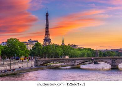 Vista del atardecer de la torre Eiffel y el río Sena en París, Francia. La Torre Eiffel es uno de los monumentos más emblemáticos de París. Paisaje urbano de París