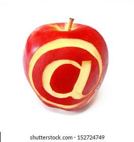 """Schnitzen """"at"""" Symbol auf einem Apfel"""