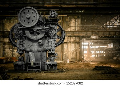解体を待っている放棄された冶金工場