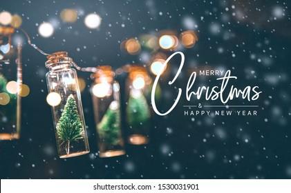 Frohe Weihnachten und ein frohes neues Jahr Konzept, Nahaufnahme, eleganter Weihnachtsbaum in Glasglasdekoration.