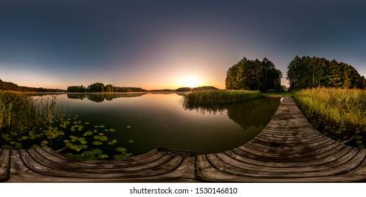 полная бесшовная сферическая панорама hdri 360-градусный угол обзора на деревянном пирсе огромного озера или реки утром с розовым восходом туманного тумана в прямолинейной проекции, VR-контент