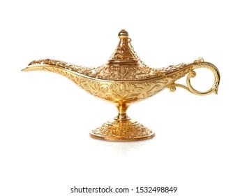 煙のある魔法の神秘的なアラジンランプの画像