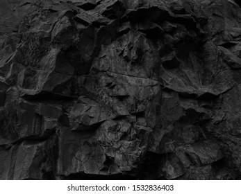 Der Kopf eines Monsters guckt aus einer Klippe. Das Gesicht eines Dämons. Gotischer oder Fantasy-Hintergrund. Ein Dämon, der aus dem Berg klettert.