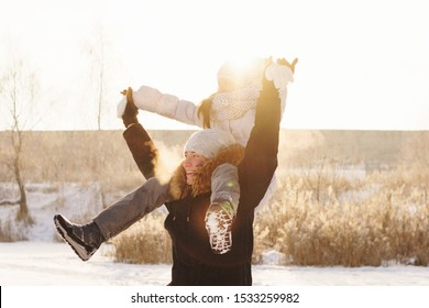 Freudiger Bruder und Schwester verbringen an einem sonnigen Tag Zeit miteinander auf einem Spaziergang im Winterpark. Viel Spaß beim Spielen im Schnee im Freien. Winter beste Zeit für fröhliche