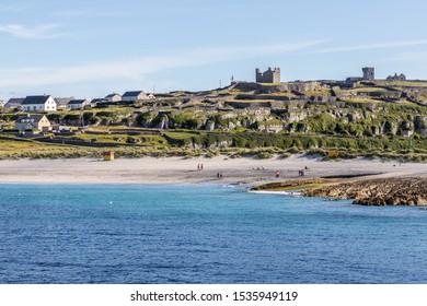 Playa y aldea en la isla Inisheer, Islas Aran, Galway, Irlanda