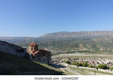 Orthodoxe kerk van de heilige drie-eenheid in het draenei-fort van Berat, Albanië