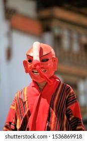 Verschwommene Maske, Bhutan-Maskentanz im Tempel, Bhutan-Tanz (Tibet-Tanz), Nahaufnahme Traditioneller Tanz und Farben in Mongar, Bhutan, Maskentänzer bei einer buddhistischen religiösen Zeremonie, frohe Feiertage