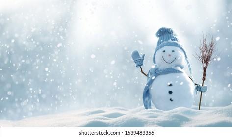 メリークリスマスとコピースペースの幸せな新年のグリーティングカード。クリスマスの風景に立っている幸せな雪だるま。雪の背景。冬のおとぎ話。