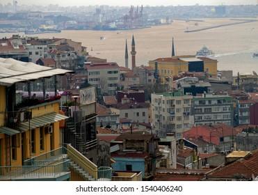 Blick auf Istanbul und den Bosporus vom Stadtteil Beyoglu Galatasaray. Istanbuls alte Gebäude, Cafés, Minarette und Fähren. Horizontales Nahaufnahmedetail.