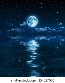 super luna y nubes en la noche en el mar