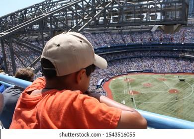 Kleiner Junge schaut Baseballspiel