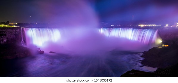 Expositionsansicht der Niagarafälle mit Farblicht, Ontario, Kanada