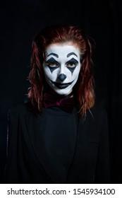 Make-up für Halloween: Bild einer Frau in einem Joker-Make-up