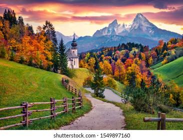 Imagen icónica de Baviera con la iglesia de Maria Gern con el pico Hochkalter en el fondo. Fantástico amanecer de otoño en los Alpes. Magnífico paisaje nocturno del campo de Alemania. Fondo del concepto de viaje.