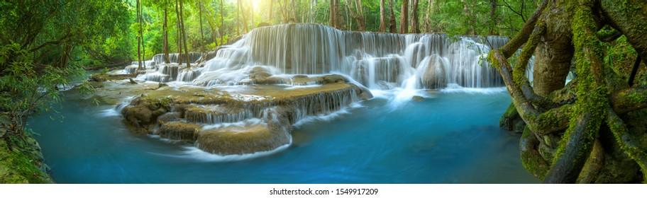 Panorama schöner tiefer Waldwasserfall in Thailand