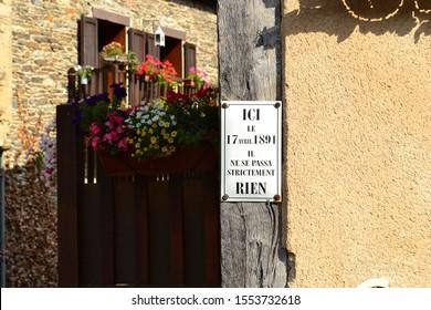 hier am 17. April 1891 passierte absolut nichts, humorvolles Zeichen in den Gassen des Dorfes Estaing, Gorges du Lot, Frankreich