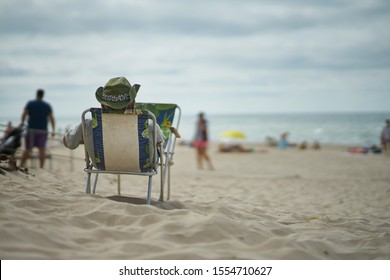 Hombre descansando en la playa. Hombre, relajante, en la playa