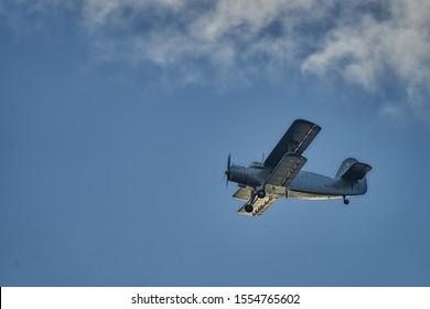 Aviones antiguos británicos sobrevolando Riga