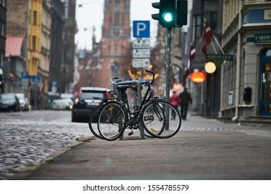 Calles urbanas con bicicletas. Riga