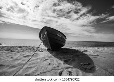 Disparo granangular del barco. Barco de madera a costa del mar