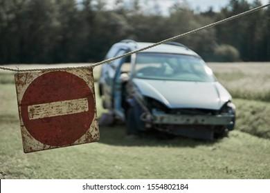 破損した車と一時停止の標識を一発で