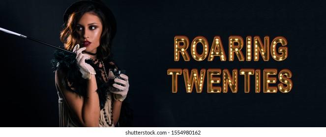 Brüllende 20er Jahre Poster Flapper Party Girl, Vintage 20er Jahre Mode Stil und Make-up und Frisur, Kostüm, Modell junge Frau, kaukasisches Mädchen