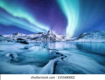 Aurora Borealis, islas Lofoten, Noruega. Entonces luz, montañas y océano helado. Paisaje invernal por la noche. Viajes a Noruega - imagen